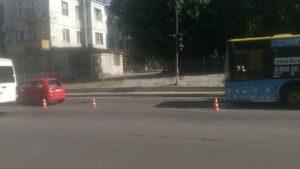 В Запорожье троллейбус протаранил легковушку - ФОТО