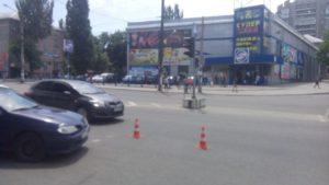 В Запорожье водитель сбил девушку на пешеходном переходе и во время побега с места ДТП снова задавил пешехода – ФОТО