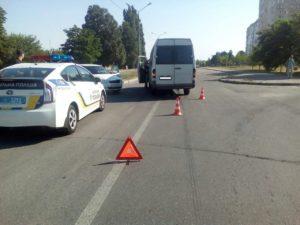 В спальном районе Запорожья произошло очередное ДТП с участием маршрутки – ФОТО