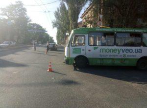 В Запорожье автобус с пассажирами попал в ДТП на перекрестке – ФОТО