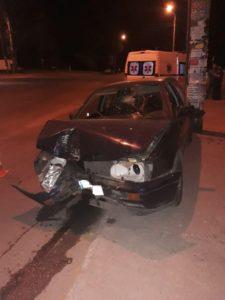 В Запорожье Volkswagen врезался в электроопору: водителя госпитализировали с травмами - ФОТО