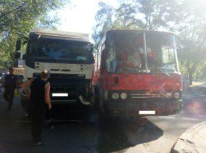 В Запорожье самосвал столкнулся с автобусом - ФОТО