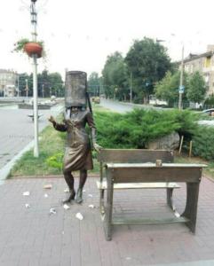 В Запорожье подростки-вандалы поиздевались над памятником героине культового фильма – ФОТО, ВИДЕО