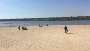 В Запорожье на центральном пляже вандалы сломали более половины фонтанчиков для питья и моек для ног - ФОТО
