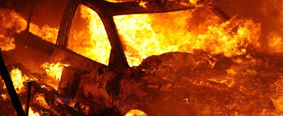 В Днепровском районе Запорожья сгорел гараж с легковушкой
