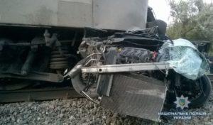 Запорожский поезд снес легковушку на переезде и протащил километр по путям: погибла супружеская пара - ФОТО