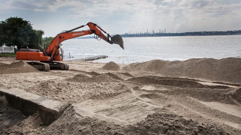 Мэр Запорожья проверил, как проходит реконструкция Правобережного пляжа стоимостью в 13 миллионов гривен - ФОТО