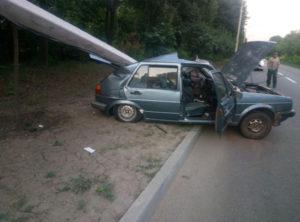 В Запорожье на авто коммунальщиков упал столб: пятеро пострадавших - ФОТО
