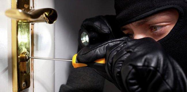 На курорте Запорожской области задержали двоих парней, которые промышляли кражами и хранением наркотиков - ФОТО