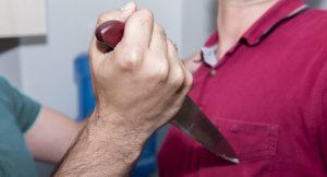 Пьяная ссора: в Запорожской области мужчина ударил сына ножом в грудь и сбежал