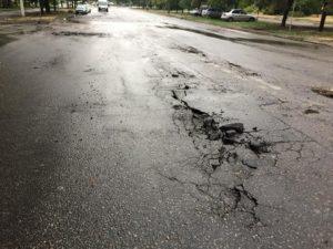 В Запорожье новая дорога потрескалась на следующий день после завершения ремонта - ФОТО
