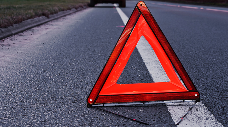 На Запорожье пьяный водитель врезался в припаркованный автомобиль