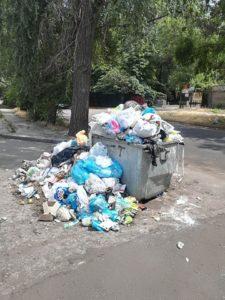 Жители Запорожья жалуются на исчезновение мусорных баков во дворах домов – ФОТО