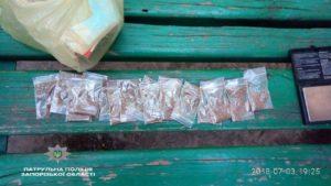 В Запорожье злоумышленники при виде патрульных пытались спрятать пакеты с наркотиками в урну – ФОТО