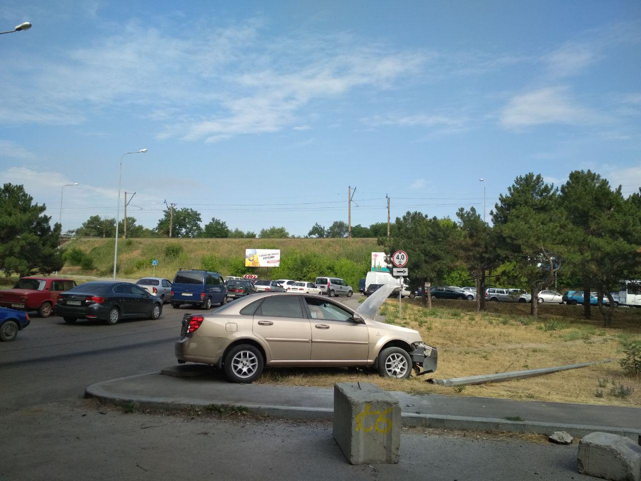 В Запорожье на Хортице легковушка снесла столб - ФОТО