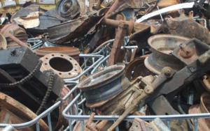 Житель Запорожья организовал в гараже пункт приема металлолома - ФОТО