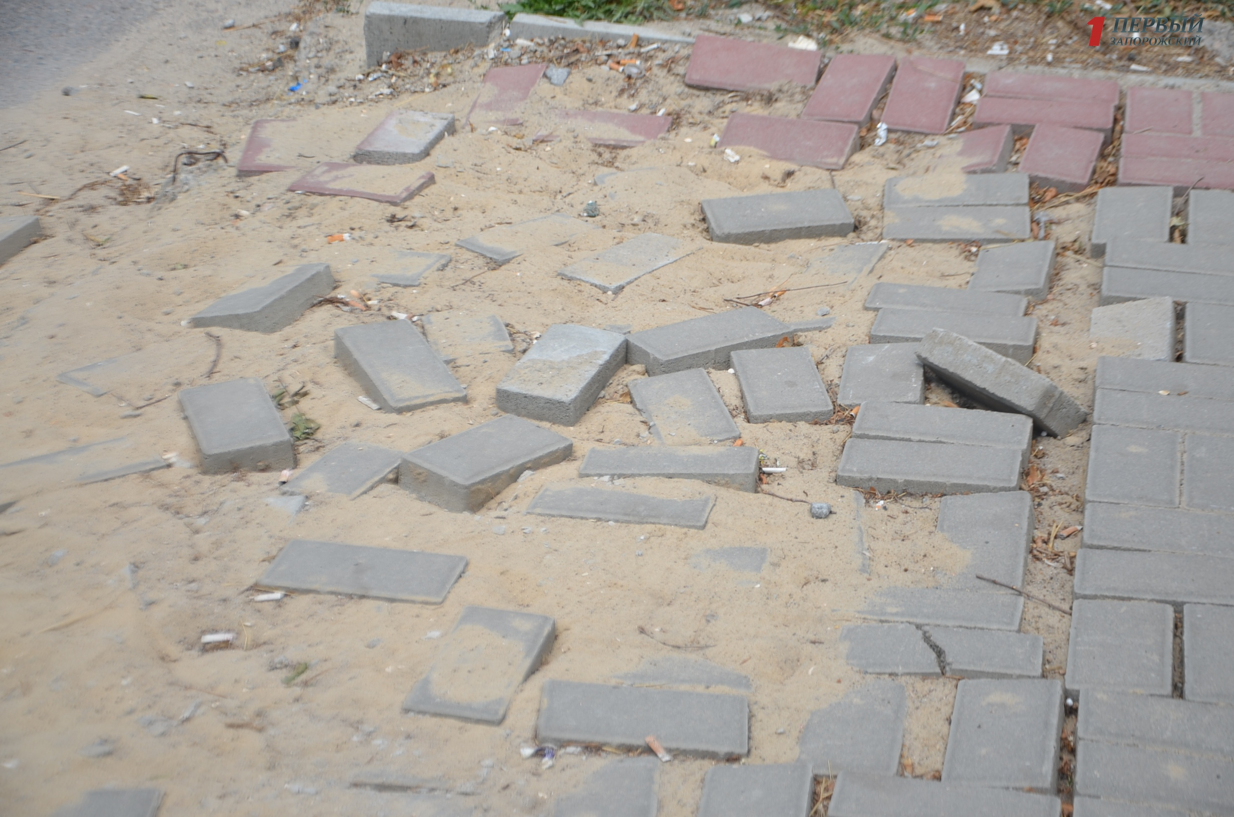 В Запорожье после реконструкции в одном из городских парков отходит плитка – ФОТО