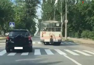 В Запорожье парень, рискуя жизнью, проехался