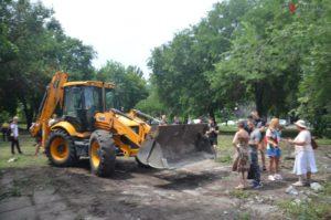 В Запорожье в парке Яланского работает техника: собрались активисты и