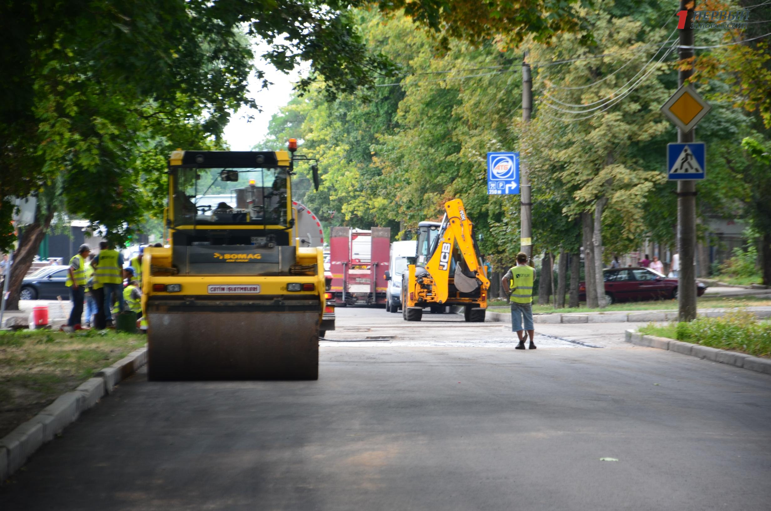 В Запорожье турки восстанавливают поврежденный участок новой дороги - ФОТО