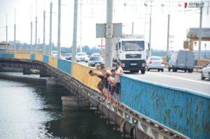 Опасное развлечение: в Запорожье подростки прыгают с моста ДнепроГЭСа - ФОТО