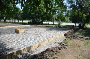 Благоустройство и озеленение по-запорожски: в парке Яланского, на месте спиленных деревьев, зальют фундамент под клумбу - ФОТО