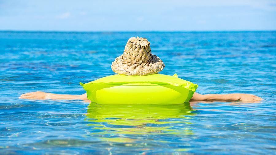 На запорожском курорте женщину унесло на матрасе в открытое море