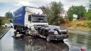 В запорожской больнице скончался водитель легковушки, врезавшейся в грузовик на трассе