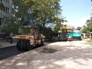 В спальном районе Запорожья ремонтируют внутриквартальные дороги - ФОТО