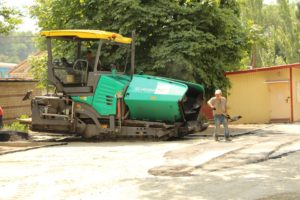 В Запорожье ремонтируют тротуар возле ж/д вокзала - ФОТО