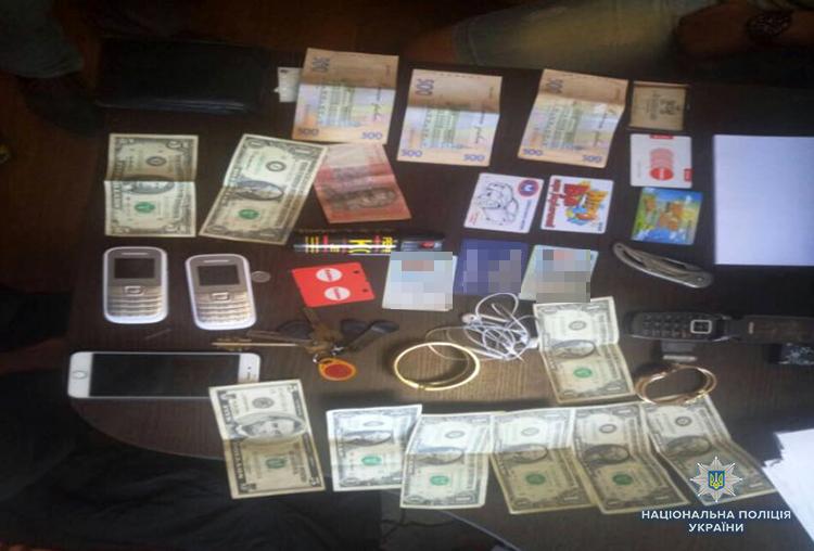Телефоны, деньги и украшения: в Запорожье парочка квартирных воров попалась