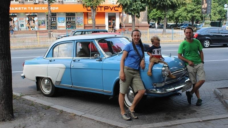 Семейное путешествие по Украине и Европе: Запорожье посетили туристы на голубом ретроавтомобиле - ФОТО