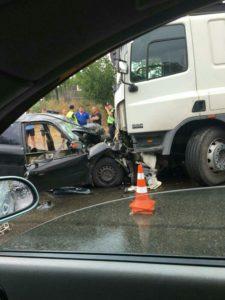 В Запорожье грузовик столкнулся с легковушкой: есть пострадавшие – ФОТО