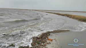 На курорте Запорожской области более 40 отдыхающих в результате непогоды оказались отрезанными от берега – ФОТО