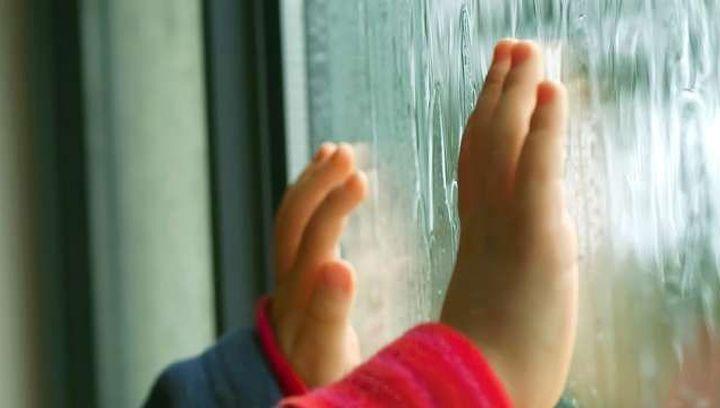 В Запорожье двухлетний ребенок выпал из окна 8-го этажа и разбился насмерть