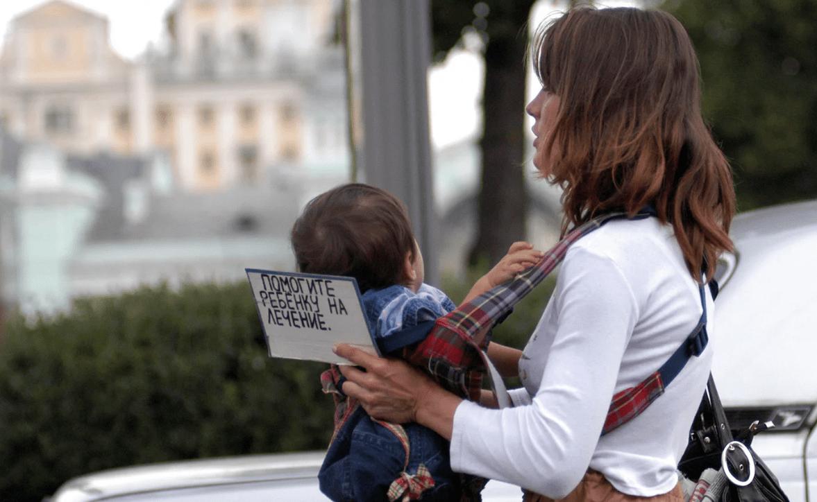 В Запорожье женщина использовала маленькую дочь для попрошайничества