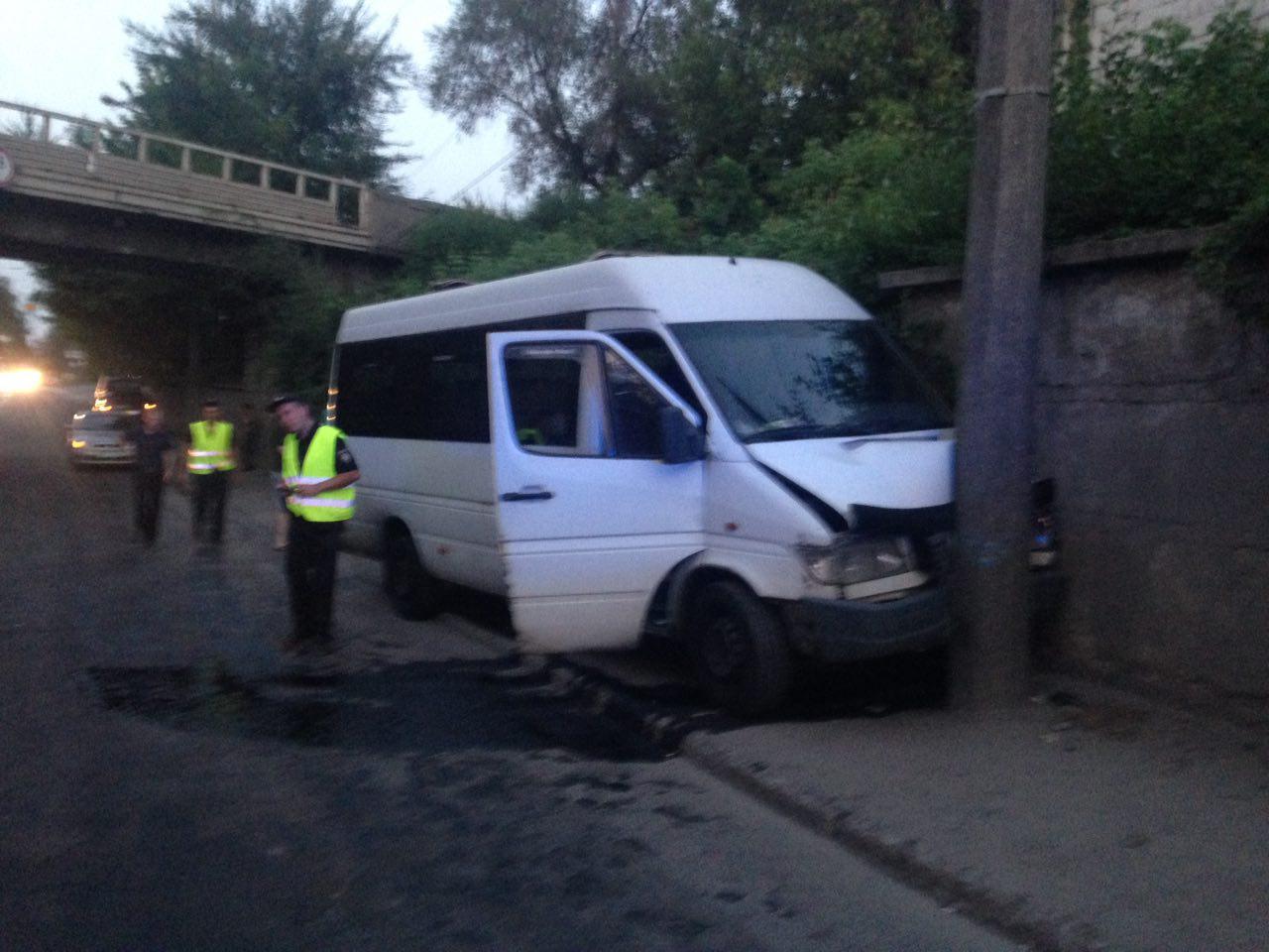 В Запорожье маршрутка врезалась в столб: есть пострадавшие - ФОТО