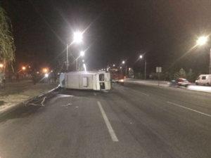 На Набережной перевернулась маршрутка: водитель был в стельку пьян - ФОТО