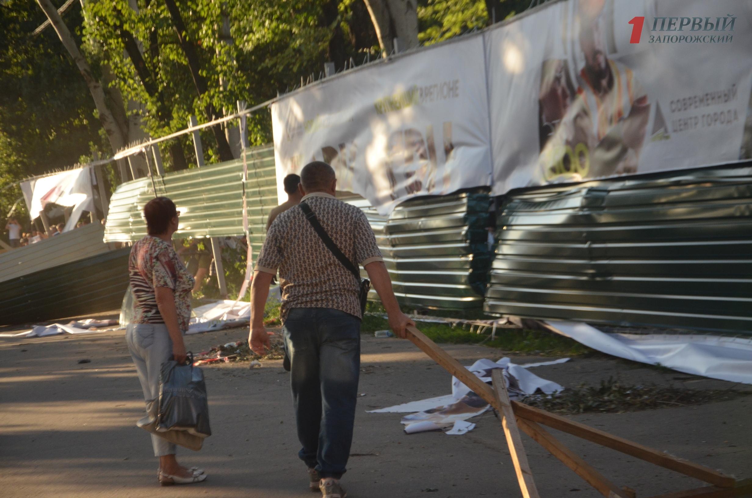 В Запорожье полиция разыскивает активистов, сломавших забор вокруг парка Яланского