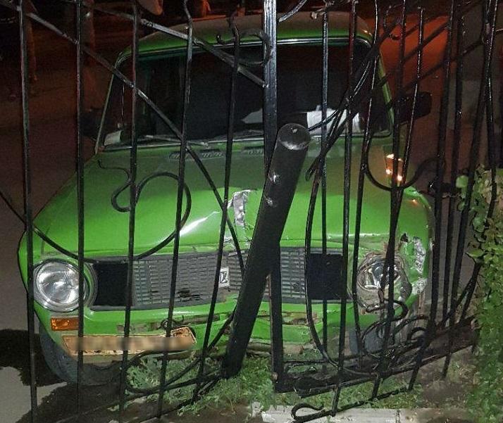 В Запорожье пьяный водитель пытался скрыться от патрульных и врезался в забор - ФОТО