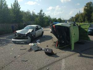 В Запорожье на Набережной произошло ДТП: одна из машин перевернулась - ФОТО