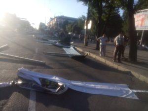В Запорожье митингующие повалили забор вокруг парка Яланского - ФОТО