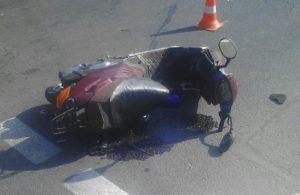 В Запорожье на перекрестке автоледи сбила мопедиста - ФОТО