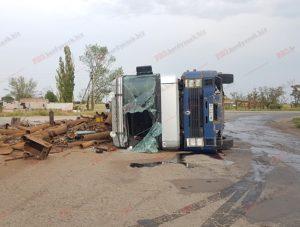 В Запорожской области перевернулся грузовик с металлоломом: есть пострадавший - ФОТО