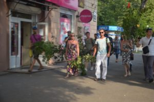 В Запорожье активисты устроили шествие с зелеными ветвями по центральному проспекту - ФОТО