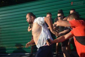 «Титушки», слезоточивый газ и поваленный забор: как в Запорожье протестовали против уничтожения парка и строительства ТРЦ - ФОТО, ВИДЕО