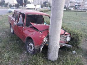 В Запорожье легковушка врезалась в столб: водителя доставили в больницу - ФОТО