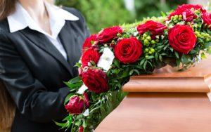 Перепутали: в Запорожской области привезли хоронить не того покойника