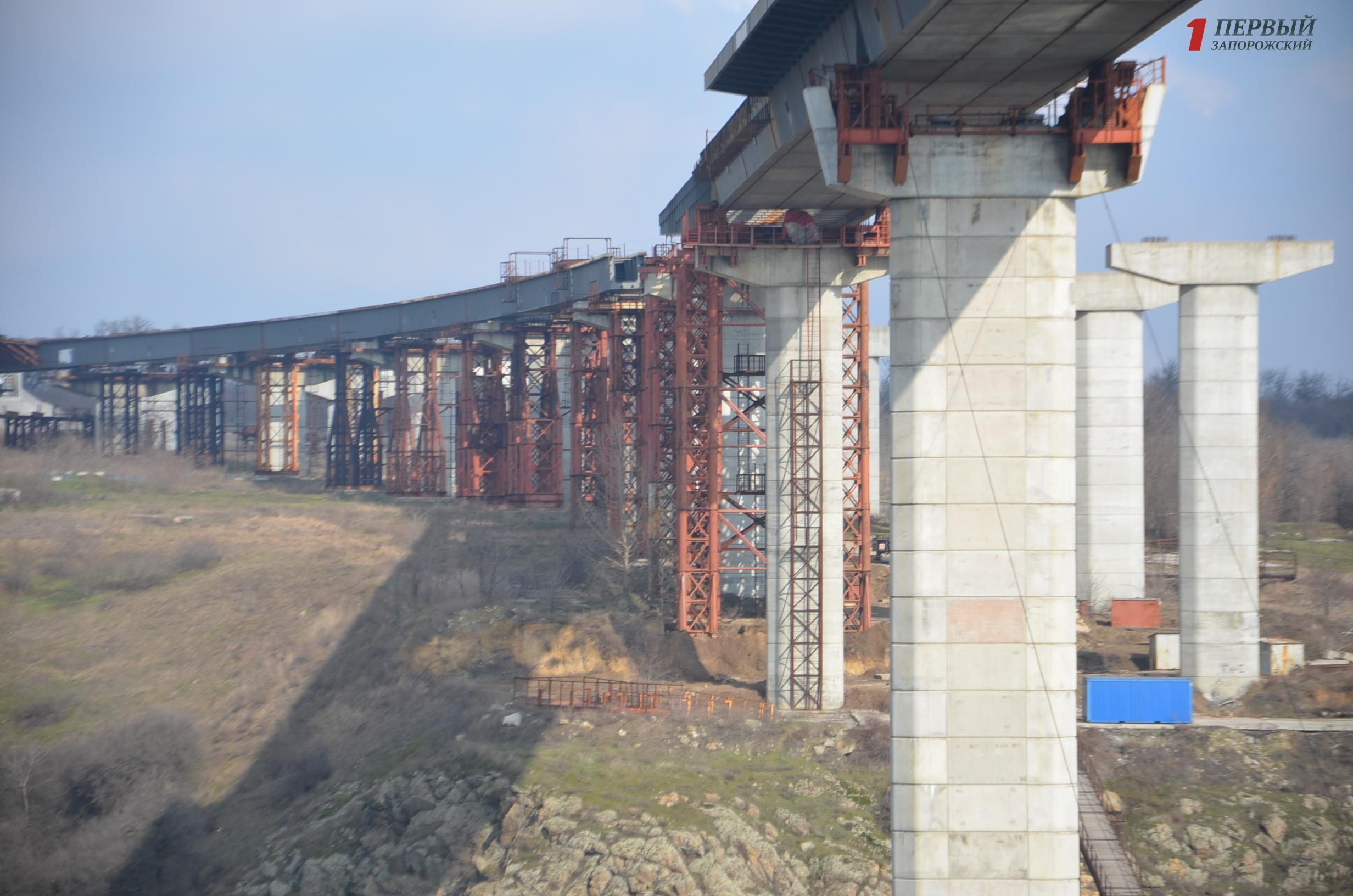 На завершение строительства запорожских мостов-недостроев понадобиться еще 5,4 миллиарда гривен