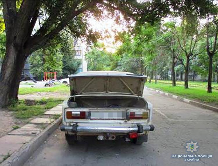 Запорожские полицейские поймали «на горячем» квартирного вора, который складировал в автомобиль похищенное добро – ФОТО